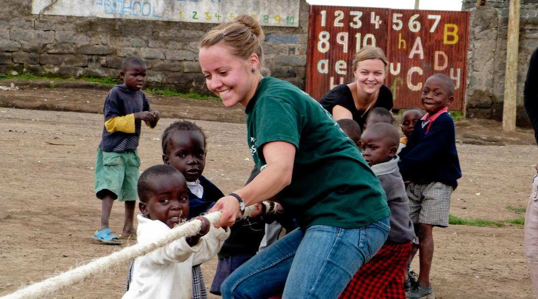 Una joven voluntaria en Ghana enseñándole a los pequeños a trabajar en equipo.